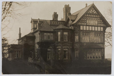 Postcard of a tudor house, From Edith Collier to her mother.